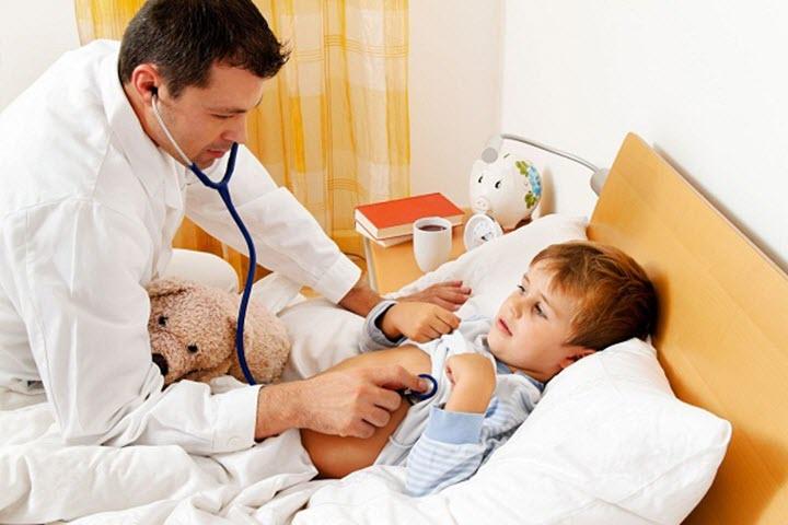Осмотр врача перед прививкой